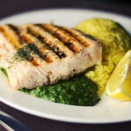 Frischer Fisch mit Spinat und Reis