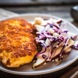 Paniertes Schnitzel mit Zwiebeln und Reis nach griechischer Art