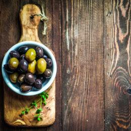 Schale mit schwarzen und grünen Oliven